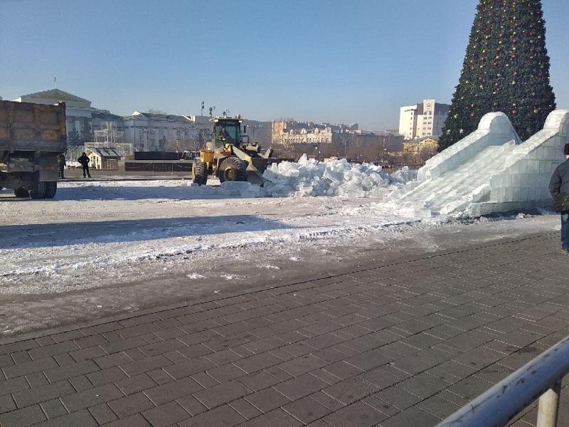 Ледовый городок начали сносить на площади Ленина в Чите