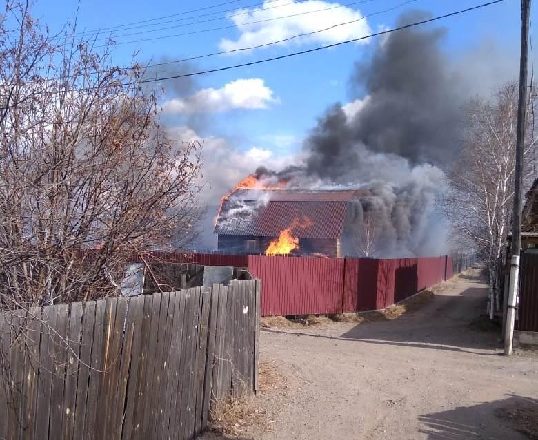 Две дачи и одна надворная постройка сгорели в «Пеленге» в Чите (видео)