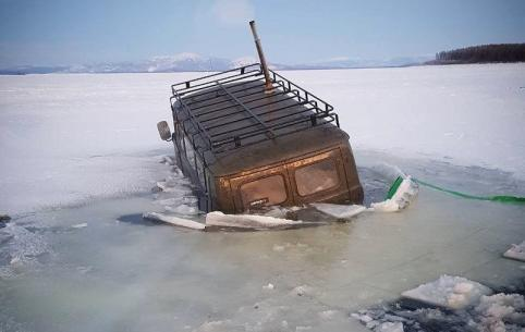 Читинец в начале новогодних каникул провалился под лед в Бурятии — он не пострадал