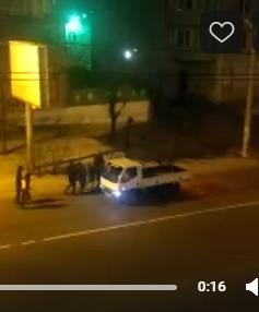 В центре Читы хулиганы напали на машину. Водитель находился за рулем. 22 декабря.