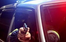Двое забайкальцев угнали машину, угрожая оружием владельцу. Во время ухода от полиции один из угонщиков получил травму и умер.