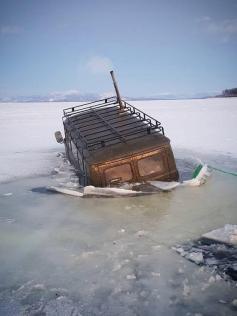 Читинцу Даниилу Нерыдаеву не повезло - 4 января его машина ушла под лед на озере в Бурятии. Сам он, к счастью, не пострадал.