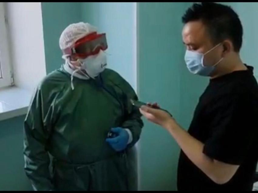Сегодня, 3 февраля министра здравоохранения ЗК Валерий Кожевников посетил в читинской больнице больного коронавирусом китайца. Фото: пресс-служба губернатора Забайкалья