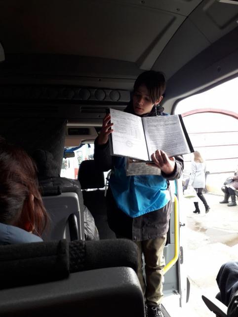 В междугородних маршрутках люди в голубых фартуках собирают деньги на якобы лечение больных детей