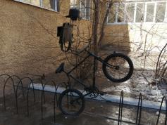 Вот такая интересная инсталляция во дворе школы № 9 в Чите. 6.04.2021.