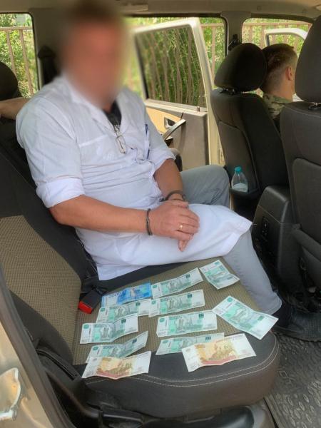 Задержанный с поличным при получении взятки читинский врач за деньги делал справки на оружие и права