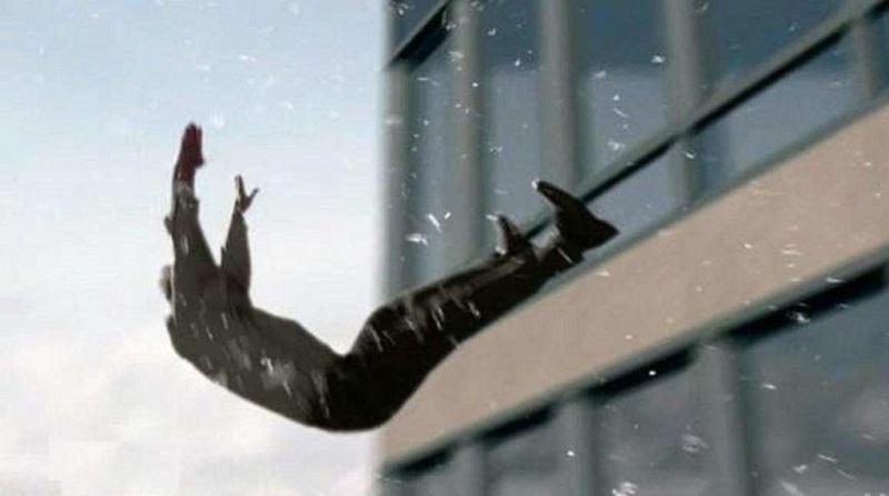 В Краснокаменске мужчина перелезал через окно к себе домой и разбился насмерть