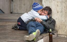 Не по-людски: житель Дульдурги получал пособие на ребенка и пробухивал его