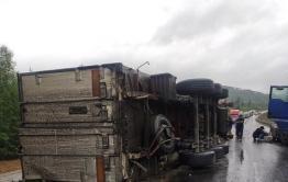 Пробка образовалась на трассе Чита — Хабаровск из-за перевернувшегося прицепа фуры