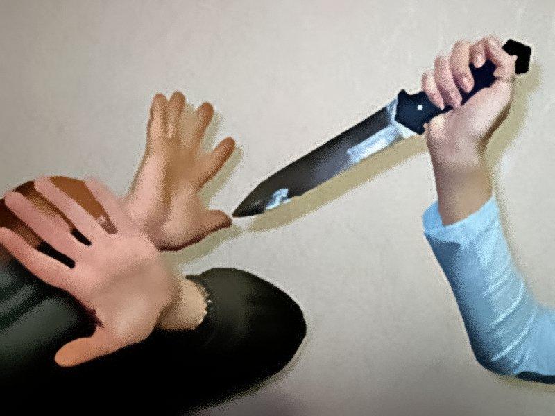 Супруги порезали друг друга во время пьянки в Забайкалье. Мужчина в итоге погиб.