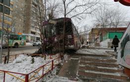 Троллейбус столкнулся с иномаркой и слетел на обочину в Чите