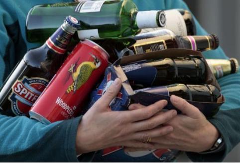 В Чите курьер привез алкоголь, остался выпивать и украл вещи у хозяина квартиры