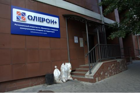 Журналисты «Вечорки» привезли мусор читателей под окна «Олерон+»