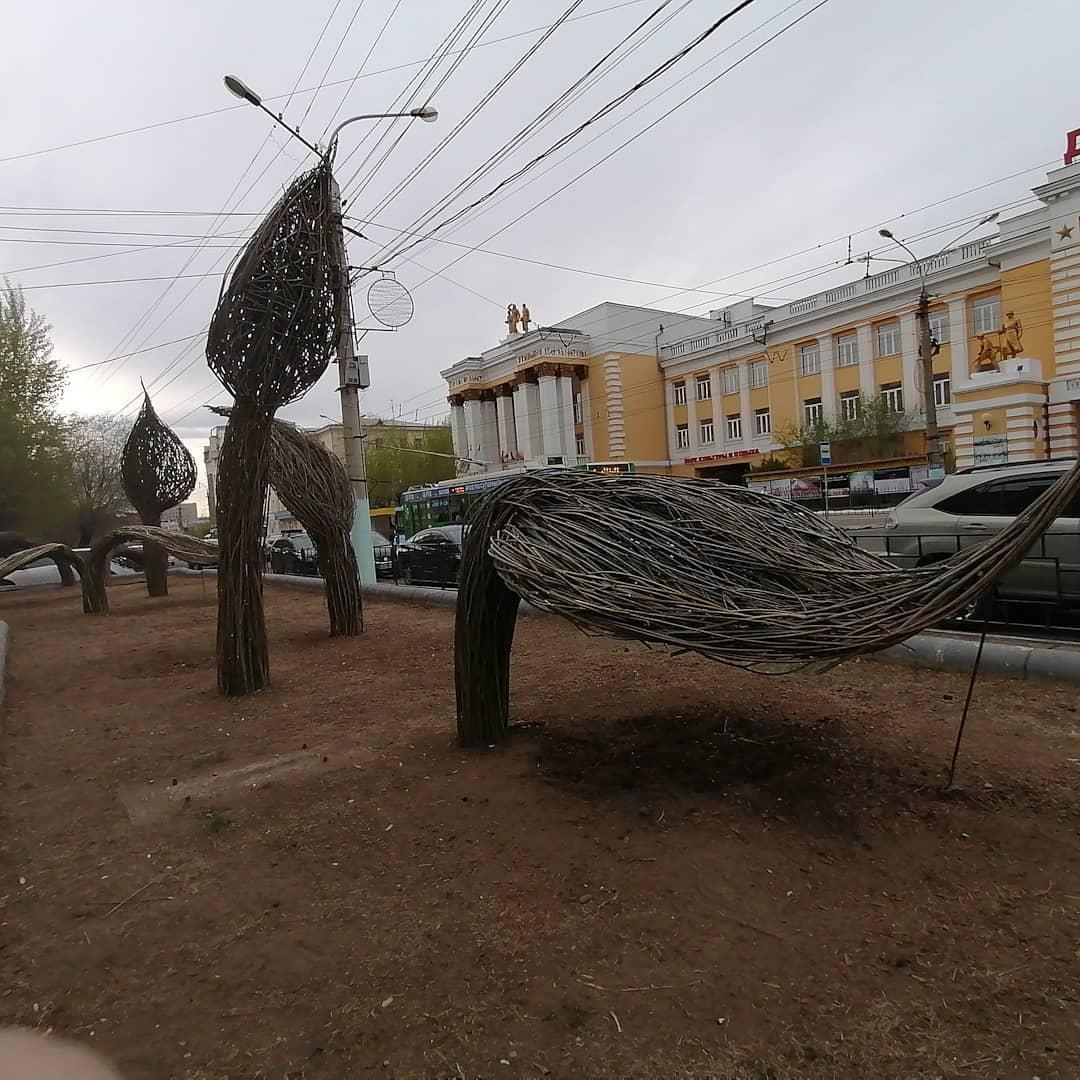 Необычный и даже немного жуткий арт-объект на Ленина, 93. Фото Анеты Абрамченко. 26 мая