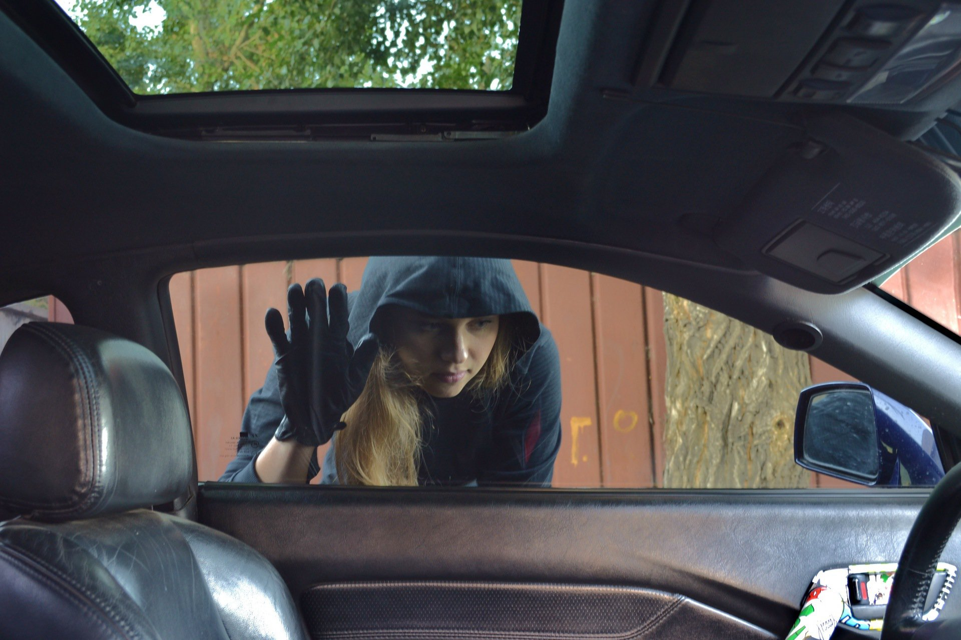 Забайкалка совершила три преступления за один раз – угнала авто, похитила деньги и телефон