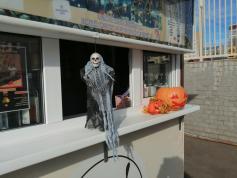 Пандемия чуждого русскому сердцу Хэллоуина поразила даже Читу. 31 октября, кофейный киоск по ул. Богомягкова.