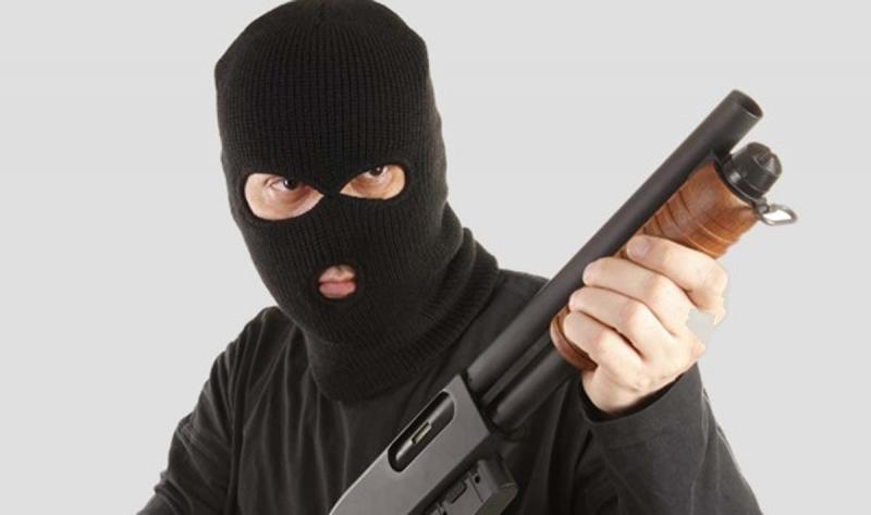 Пенсионерку в Забайкалье избили и ограбили, угрожая ружьем