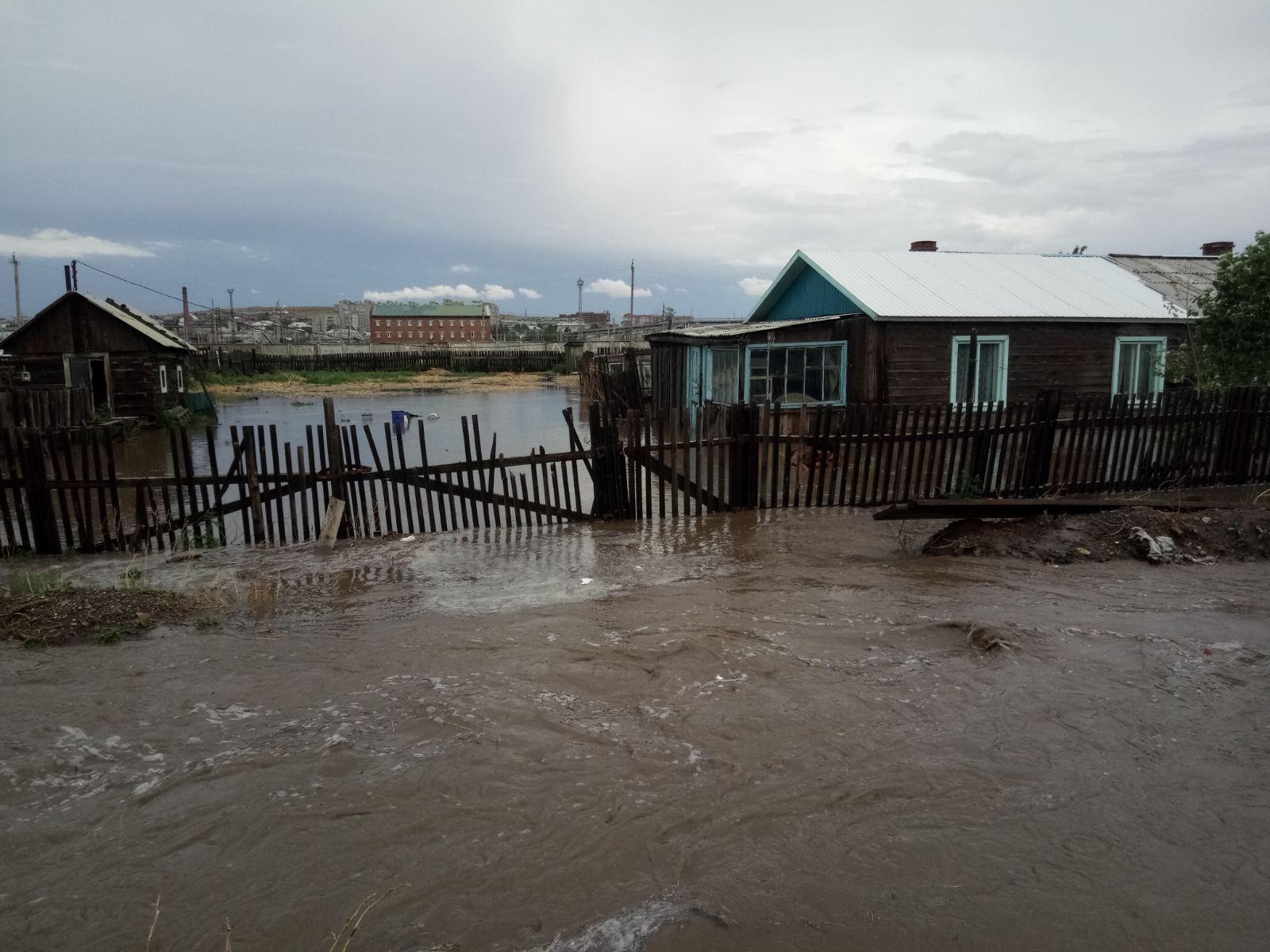 Улицы поселка Забайкальск превратились в реки (видео)
