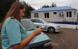 Сотрудники ДПС на посту в Атамановке проверяют пристегнуты ли пассажиры автобусов