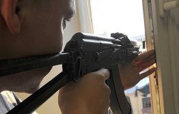 Житель дома на КСК стрелял из автомата со своего балкона