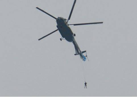 Парашютист зацепился за хвост вертолёта в Чите