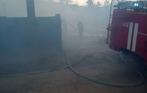 Деревянный барак загорелся в Атамановке