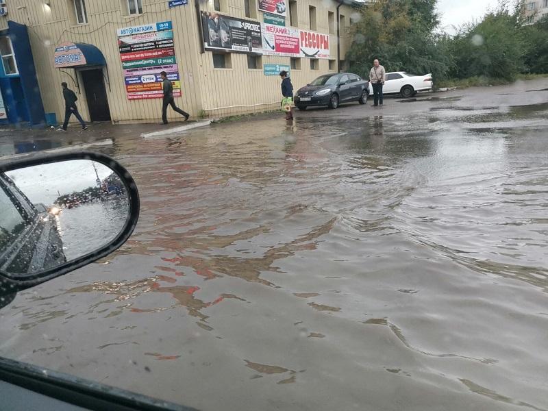 Ливень затопил улицы Читы, пешеходы идут по колено в воде