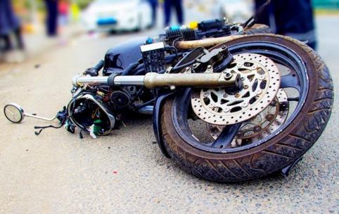 Мотоциклист влетел в автобус в Араповке (видео)