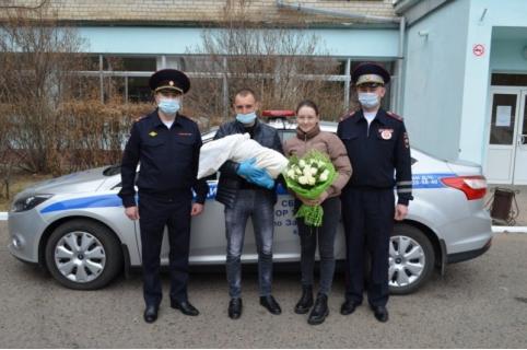Инспекторы ДПС сопроводили девушку до роддома в Чите