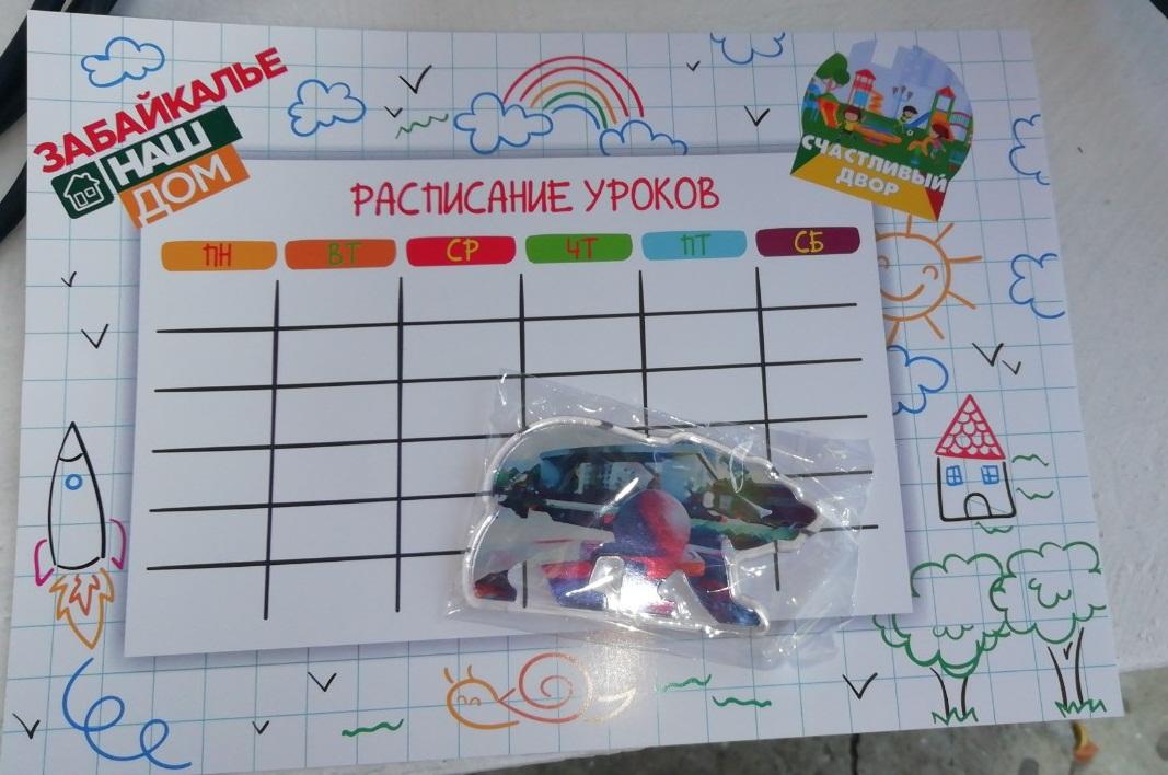 Сувениры с символикой «Единой России» раздают в читинской школе