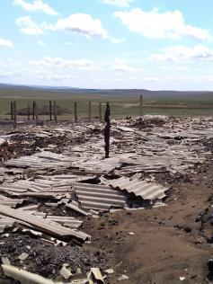 Сгоревшая кошара в Улан-Цацыке. Под грудами мусора еще могут оставаться трупы баранов. 14 мая