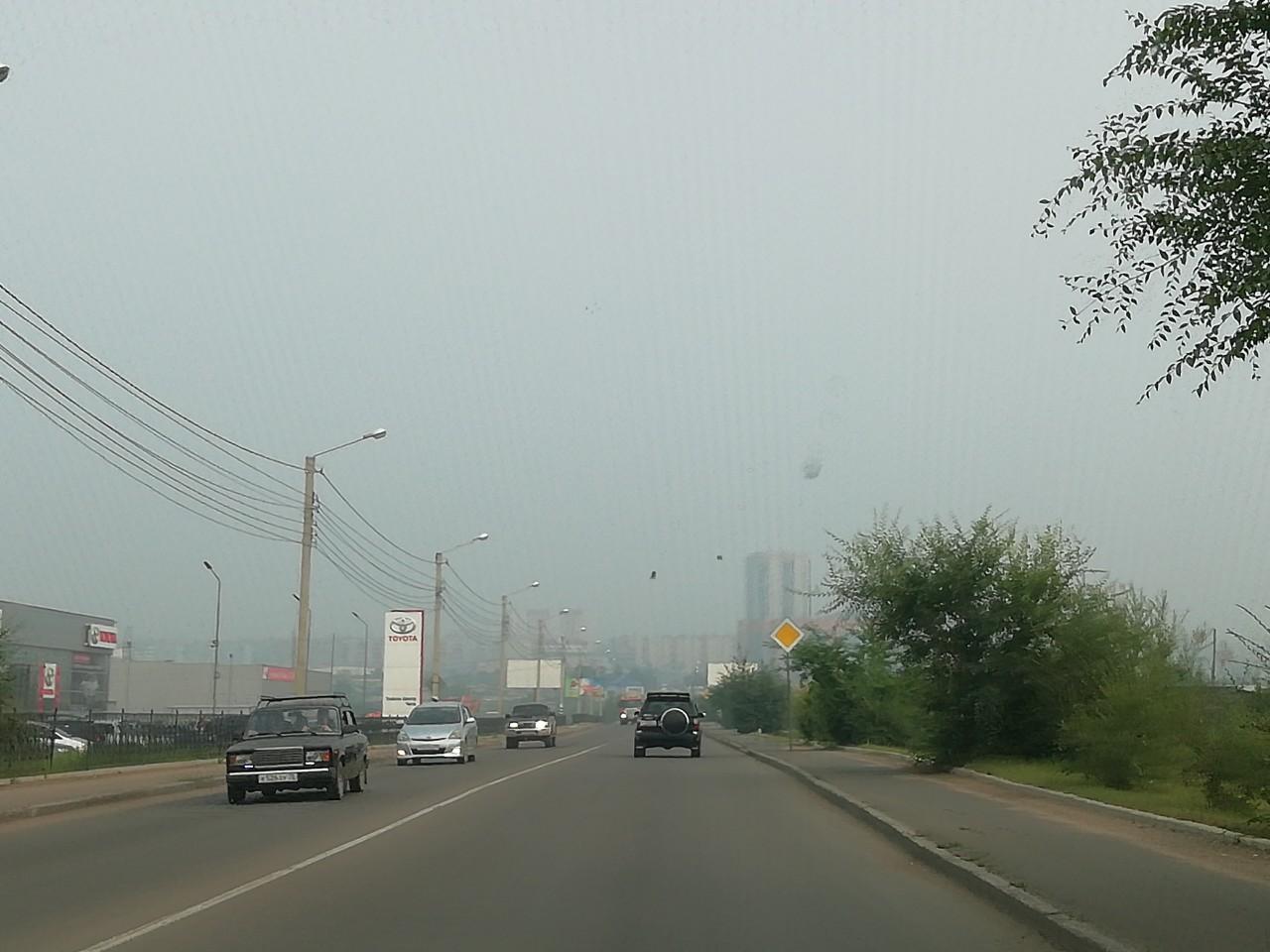 Плохая видимость на дорогах города из-за сильного задымления. Чита, 1 августа.