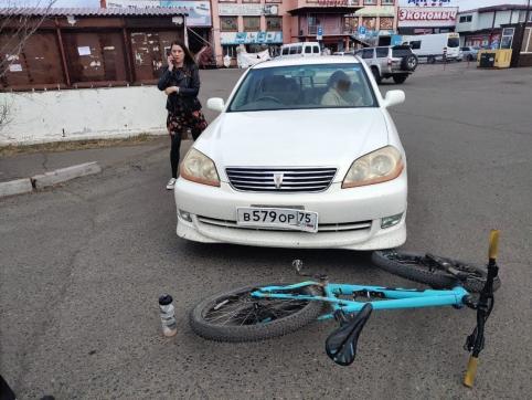 Автоледи в Чите сбила велосипедистку, а потом ударила ее по голове