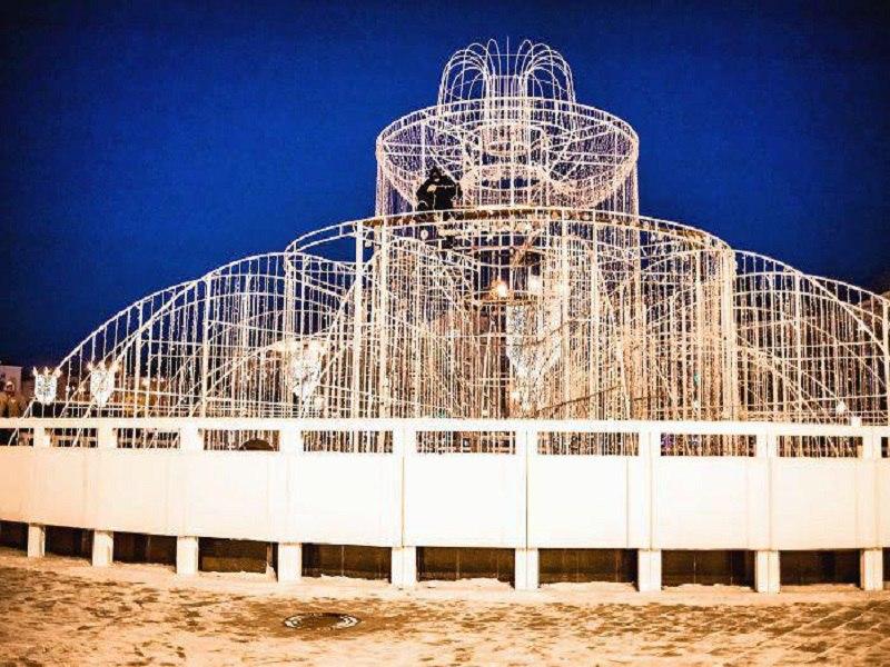 Сити-менеджер Читы Александр Сапожников, напомним - бывший десантник, не забывает о фонтанах даже зимой. В Чите под его патронажем сделан самый большой в России светодиодный фонтан.