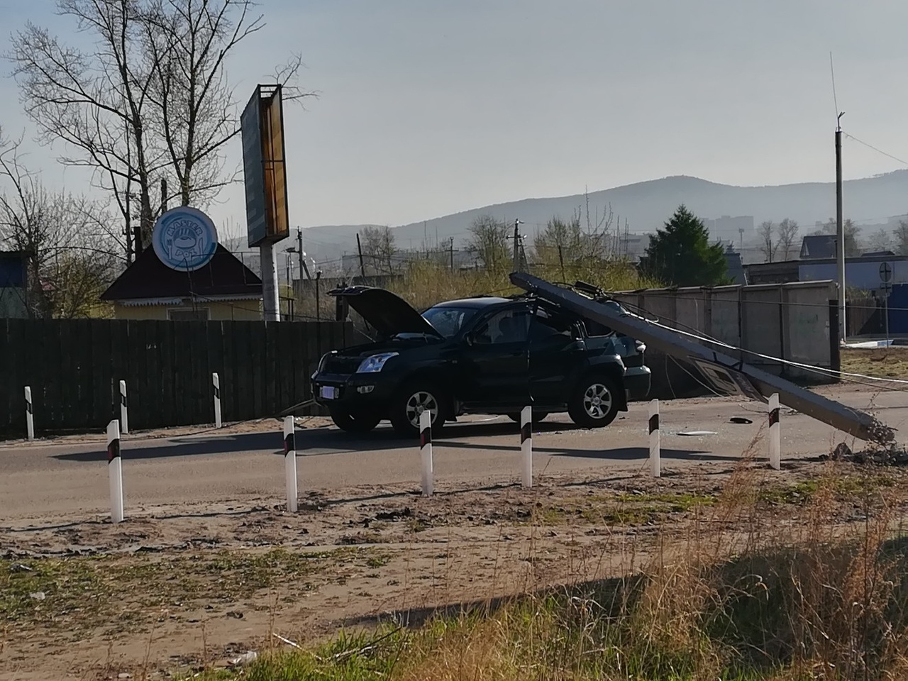 Упавший бетонный столб перекрыл участок Московского трактора