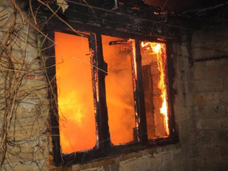 Три человека сгорели в доме в Акшинском районе