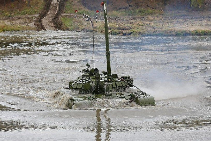 Комиссия ВВО расследует гибель военнослужащего в танке под водой