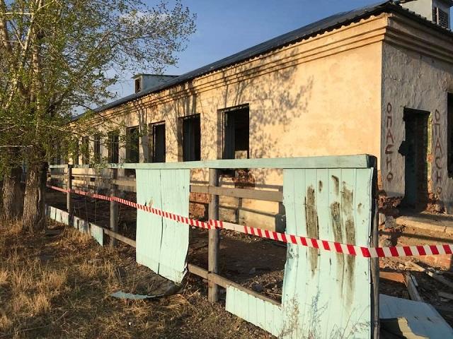 Рухнувшая кирпичная стена погребла под собой 16-летнего воспитанника детского центра в Чите