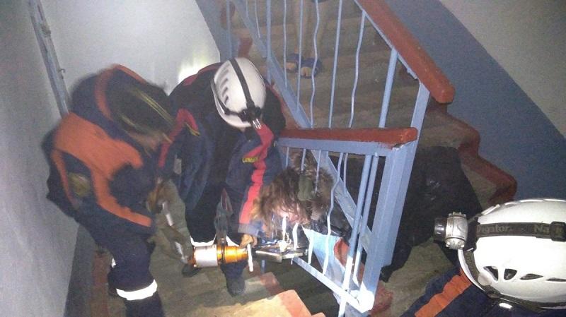 Женщина застряла головой в перилах лестницы в Чите