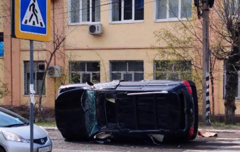 Внедорожник Lexus перевернулся в центре Читы после ДТП (ФОТО)