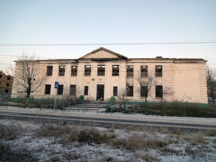 Житель Забайкальска начал топором разбирать не снесенную сгоревшую школу (Видео)