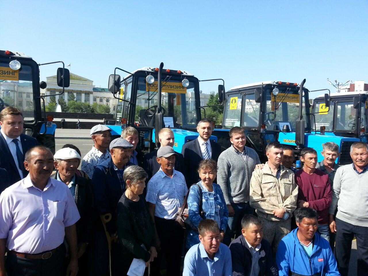 Забайкальские крестьяне, пострадавшие от весенних пожаров, получили трактора на центральной площади Читы