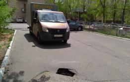 Дыра напротив редакции «Вечорки» гробит автомобили (видео)