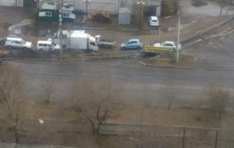 Ямы и провалы на дороге – проспект Белика в Чите перекрыли после дождя