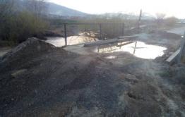 В Антипихе перекрыли мост, ведущий к дачам. Жители гробят свои машины, переезжая по реке