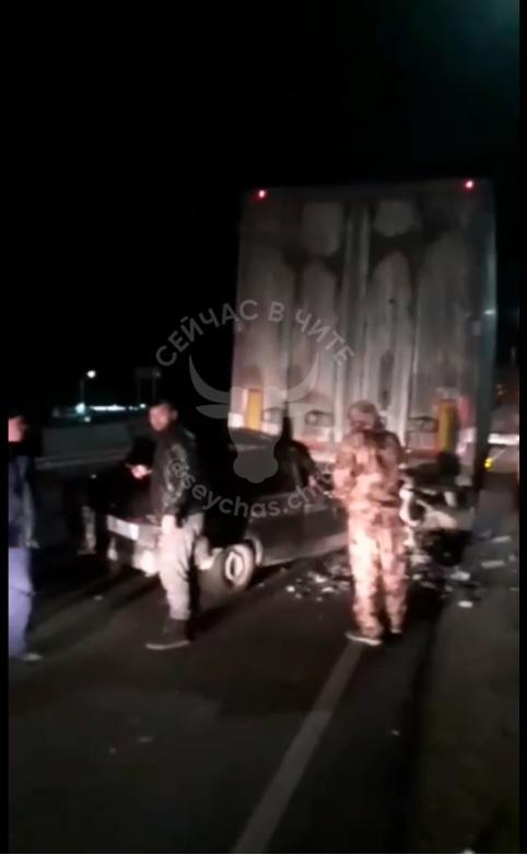Пассажир погиб в легковушке, которая влетела под фуру в районе угданского кольца под Читой