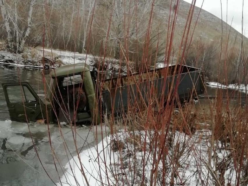 Спасатели вытащили из реки УАЗ с трупом мужчины в Забайкалье