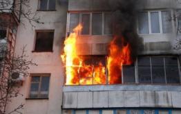 Спасатели эвакуируют некоторых жильцов дома на Гагарина в Чите из-за пожара в одной из квартир
