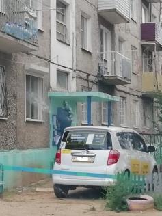 Таксист из Атамановки, проживающий в пятиэтажке по адресу Гагарина, 11, захватил придомовой палисадник и соорудил себе там частную стоянку с шлагбаумом. Атамановка, 4 августа.