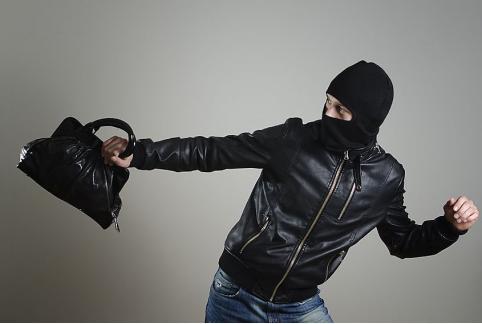 Трое жителей Чернышевска ограбили магазин и ударили ножом в спину читинку